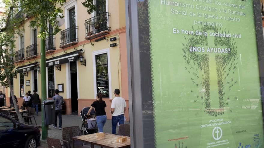 """Cartel electoral en una calle de Sevilla, donde una asociación cristiana pide el """"voto fiel"""" sin especificar el partido en plena Semana Santa"""