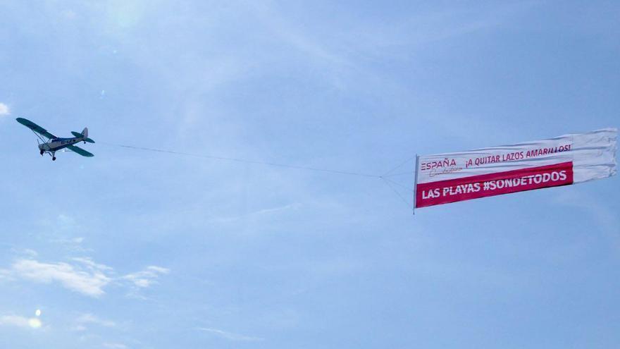 La avioneta de Ciudadanos sobrevolará una veintena de playas catalanas hasta el final del verano