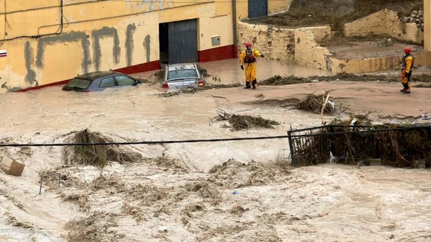 Miembros del equipo de rescate inspeccionan este jueves Ontinyent donde el río Clariano se ha desbordado a su paso por la localidad valenciana tras las fuertes lluvias registradas durante la noche. Ontinyent alcanza 297 l/m2 en 24 horas, su registro más alto del último siglo.
