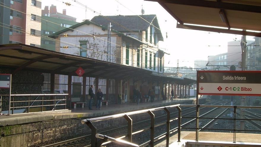Renfe iniciará este verano en Bilbao una prueba piloto con plataformas que faciliten el acceso a los trenes de Cercanía