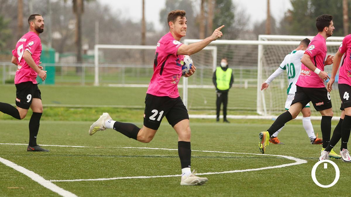 Un jugador del Ciudad de Lucena celebrando un gol