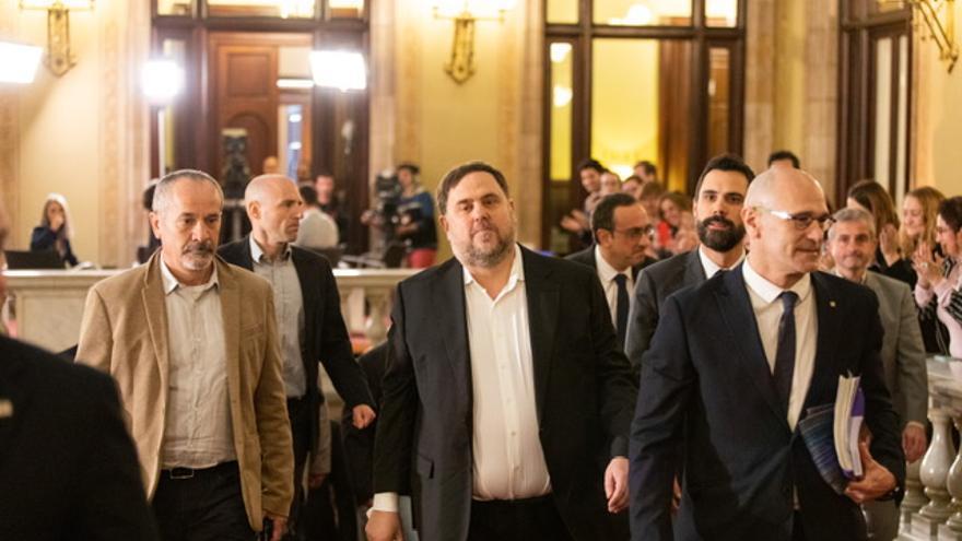 El exvicepresident, Oriol Junqueras, y el exconseller, Raül Romeva, a su llegada al Parlament.