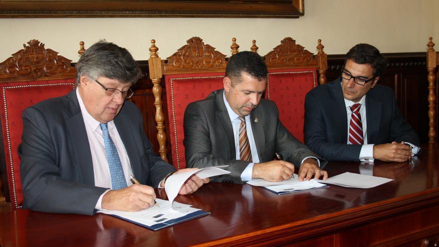 El presidente de la Fundación CajaCanarias, Alberto Delgado (izquierda), y el alcalde de la capital palmera, Juan José Cabrera Guelmes, durante la firma del convenio.