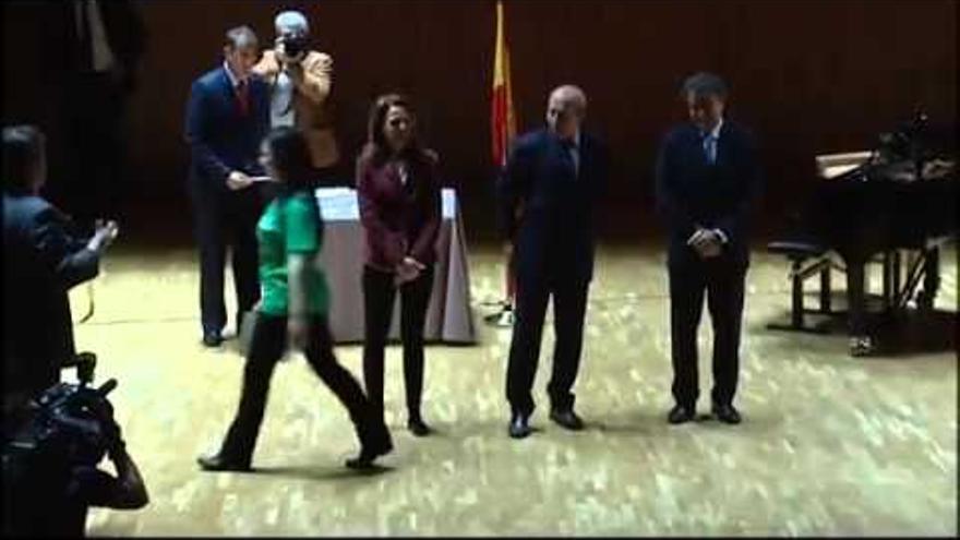 Momento en que una de las premiadas en 2013 niega el saludo al ministro Wert
