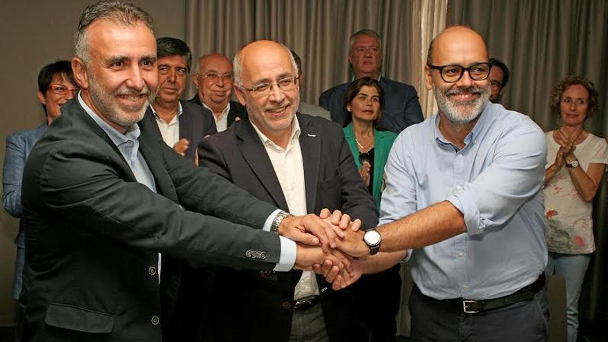Ángel Víctor Torres, Antonio Morales y Juan Manuel Brito, tras la firma del acuerdo. (ALEJANDRO RAMOS)