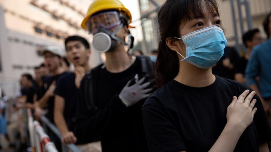 Estudiantes y manifestantes en la puerta del Tsuen Wan Public Ho Chuen Yiu Memorial College para mostrar solidaridad con el joven herido.