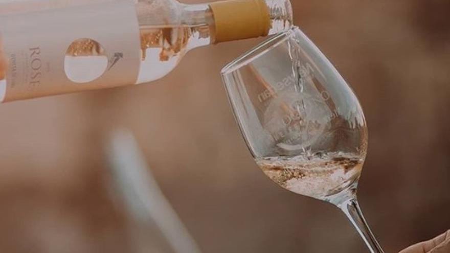 Este vino ecológico elaborado en La Roda es ideal para el aperitivo en primavera y verano