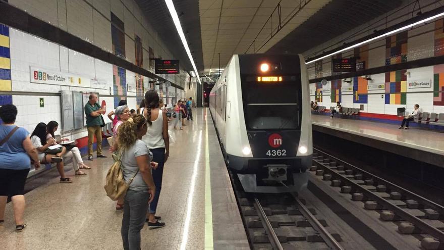 Viajeros esperando un convoy de Metrovalencia