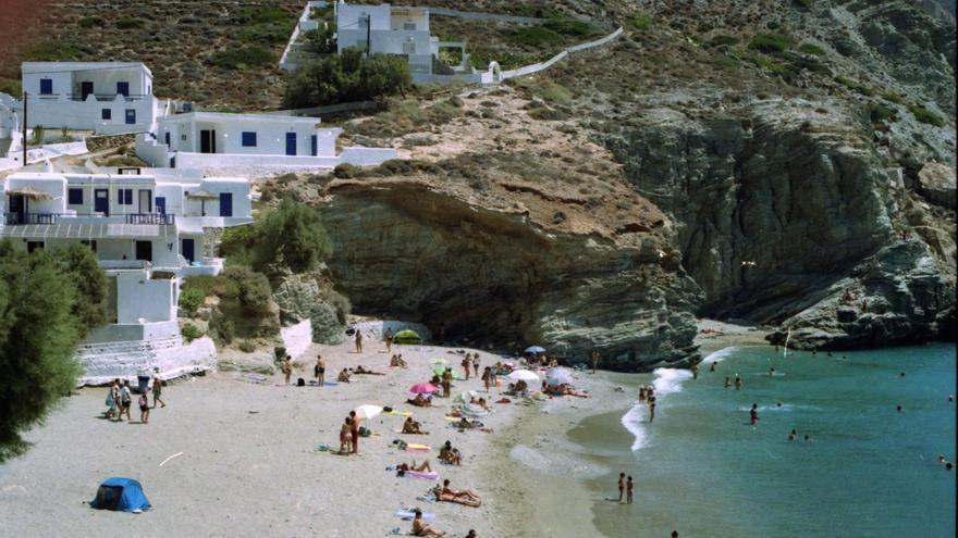 Bañistas en Agalis, una de las mejores playas de Folegandros. Dolapo Falola
