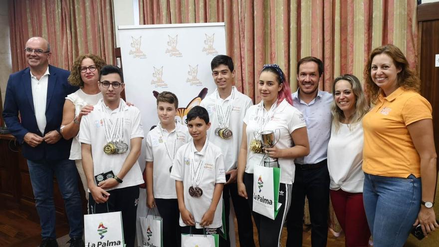 La expedición palmera que consiguió 40 medallas en las Olimpiadas de Juegos Mentales con responsables del Cabildo.