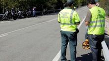 Dos guardias civiles en el lugar de un accidente.