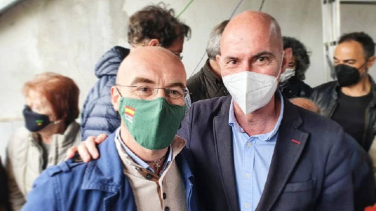 El portavoz de Vox en el Ayuntamiento de Valencia, José Gosálvez (a la derecha), con el eurodiputado Jorge Buxadé en el mitin de Vox en San Sebastián de los Reyes (Madrid).