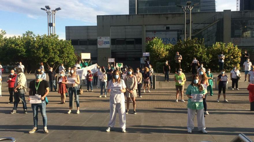 Decenas de sanitarios se manifiestan frente al Hospital La Paz de Madrid.
