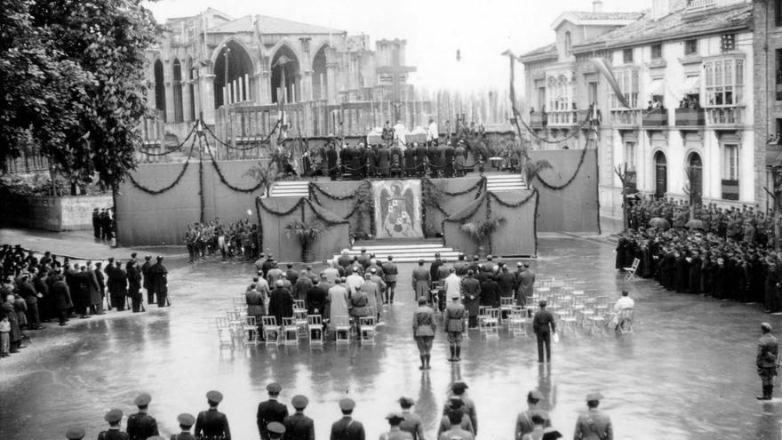 Funeral de Primo de Rivera en 1938, junto a la catedral nueva de Vitoria