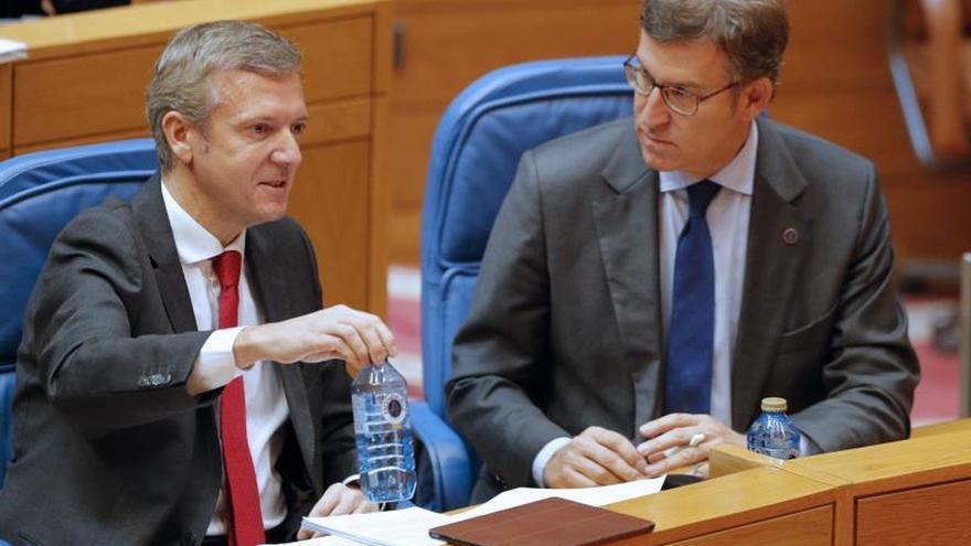 Feijóo y su vicepresidente, Alfonso Rueda, en el Parlamento de Galicia