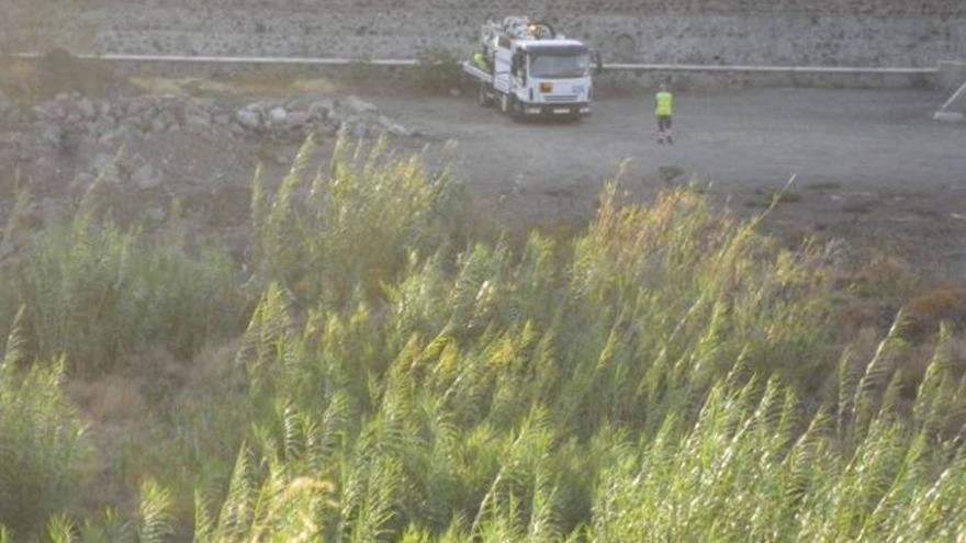 Camión de Santacrucera de Aguas vertiendo líquidos en la red de San Andrés