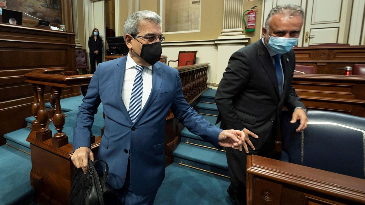 Román Rodríguez, vicepresidente de Canarias, y Ángel Víctor Torres, en el Parlamento regional