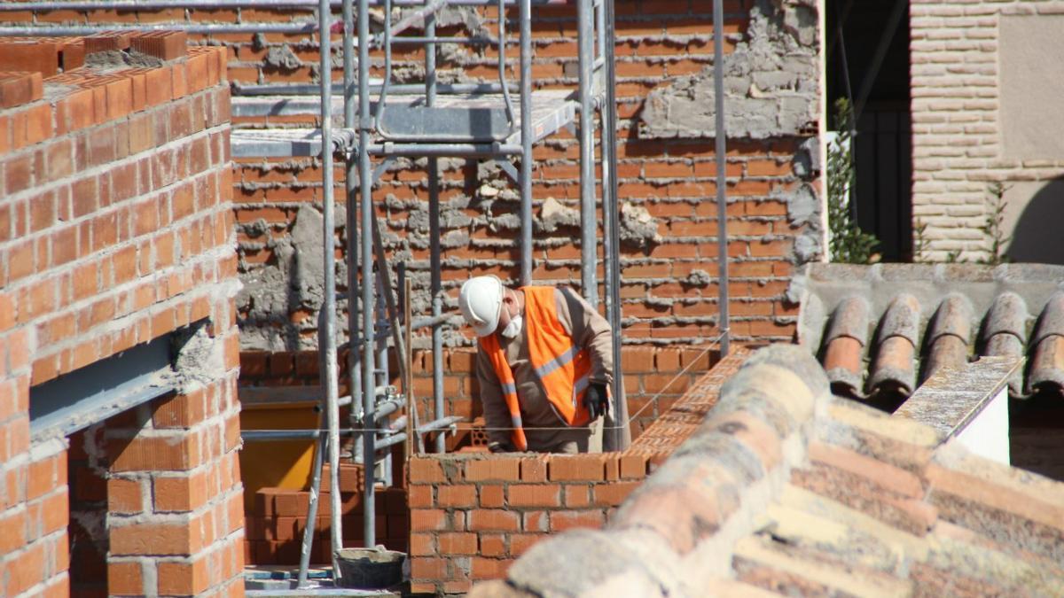 Trabajador de la construcción con mascarilla
