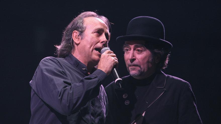 Serrat y Sabina durante un concierto