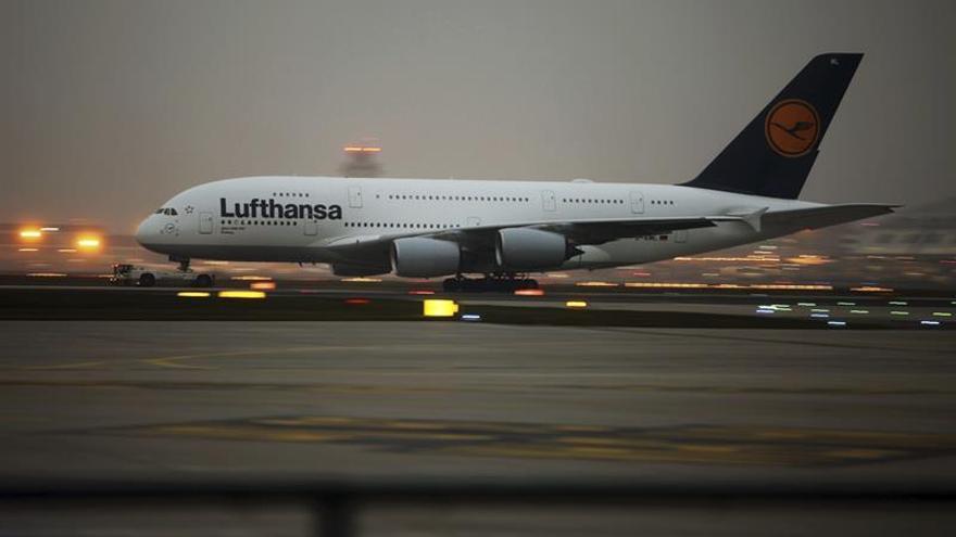 Lufthansa cae casi un 7 % en Bolsa tras revisar a la baja sus pronósticos