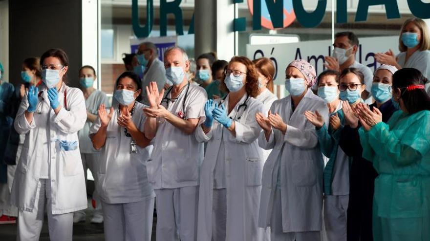 Trabajadores de un centro sanitario, durante el aplauso de las ocho de la tarde.