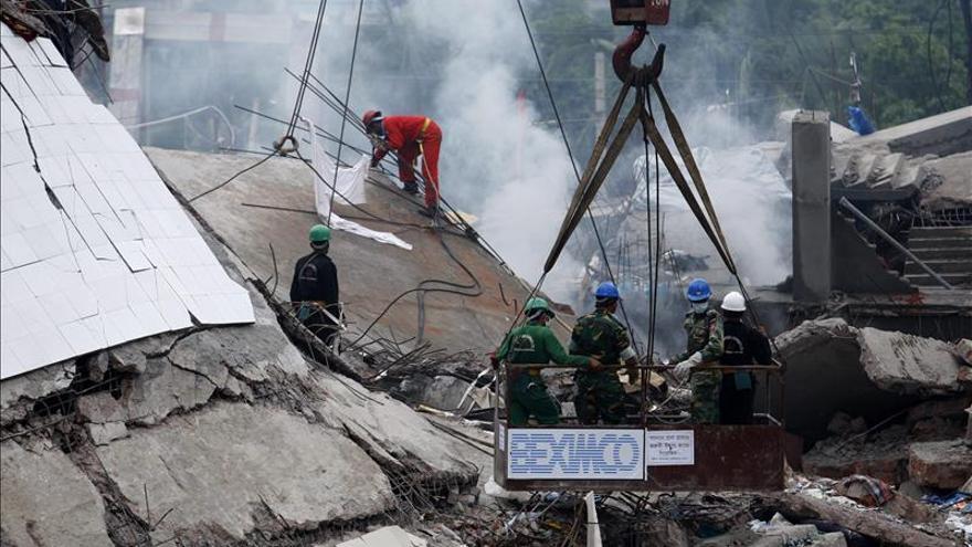 Operación de búsqueda de las víctimas del último derrumbre de un edificio en Dacca, Bangladesh. EFE
