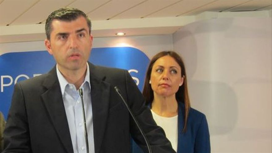 Manuel Domínguez, presidente del PP tinerfeño y valedor de Antona, junto a la candidata Cristina Tavío