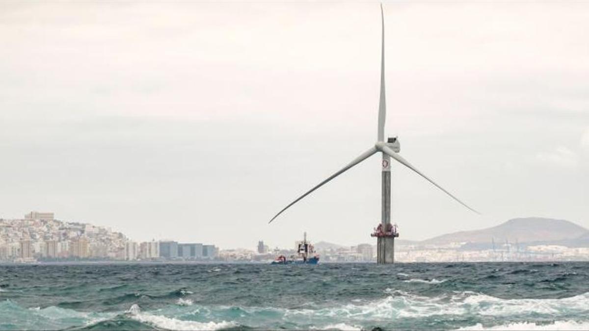Molino de energía eólica instalado en cerca de la costa de Gran Canaria.