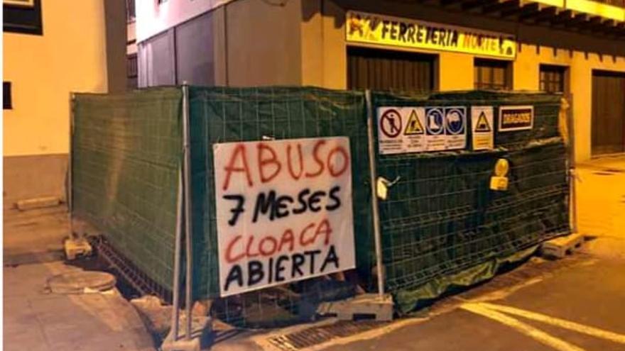 Uno de los carteles colocado en la Avenida Martítima.