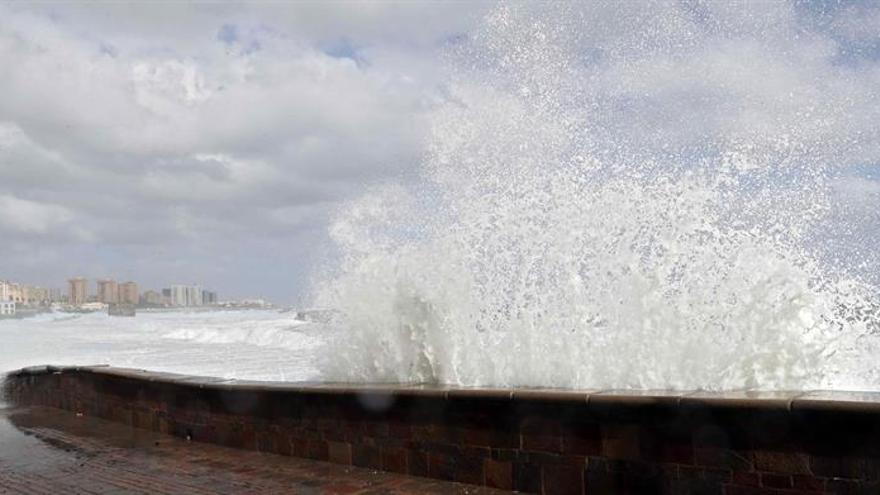 El fuerte oleaje afecta a la costa de Gran Canaria. EFE/Elvira Urquijo A.