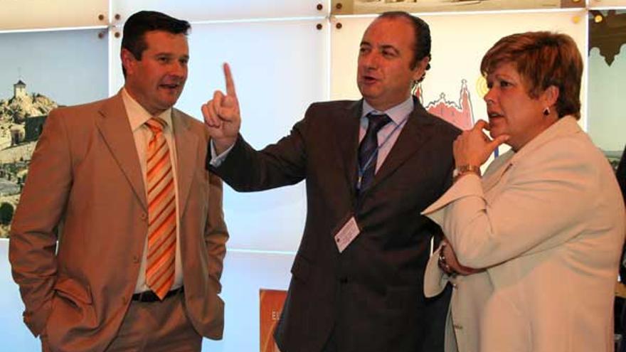 El expresidente de la Diputación de Alicante, José Joaquín Ripoll, en el centro, y la exconsellera de Turismo, Milagrosa Martínez, en la edición de Fitur de 2008.