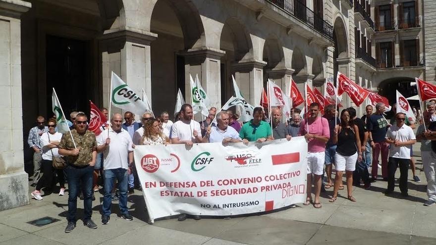 """Los sindicatos se concentran en Santander para exigir un nuevo convenio de seguridad privada """"sin recortes"""""""