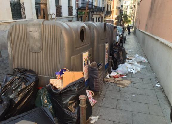 Basura alrededor de contenedores en Espíritu Santo, en una imagen remitida a Somos Malasaña por @Hergaral