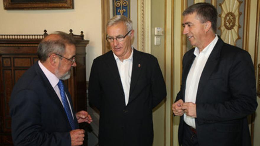 El presidente de Feria Valencia, José Vicente González, Joan Ribó y Rafael Climent.