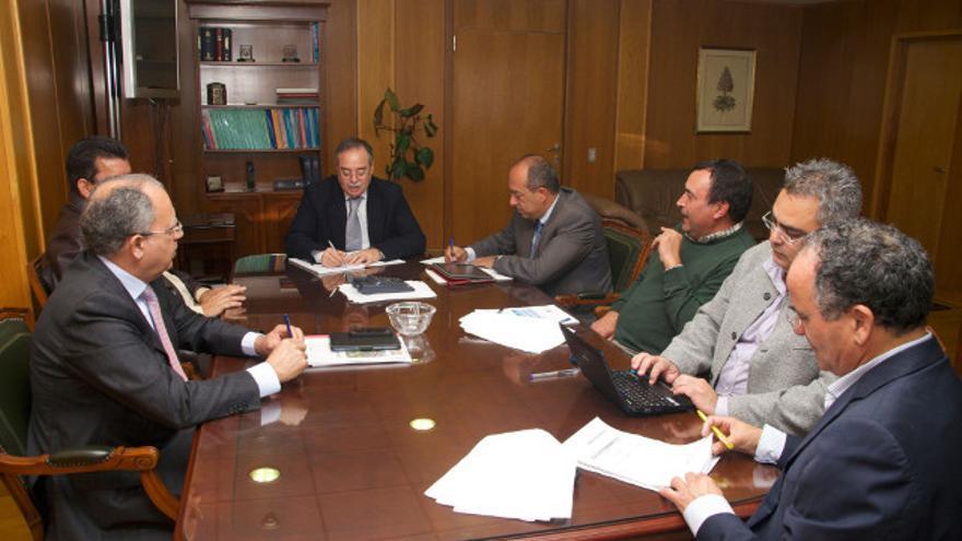 Representantes institucionales de La Gomera reunidos en Tenerife para reclamar la recuperación de la línea marítima interior.