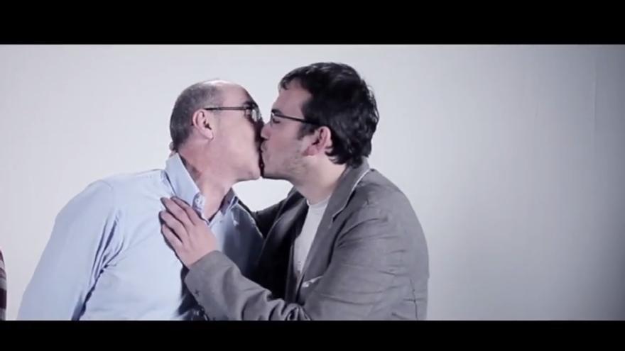 El portavoz parlamentario del BNG y el candidato de NÓS se besan en un vídeo electoral para promover la diversidad