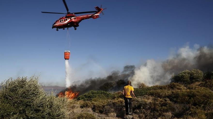 Los bomberos logran controlar un gran incendio en la isla griega de Lesbos