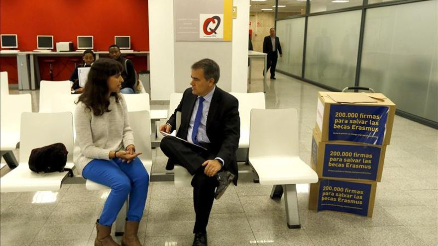 "Entregan 200.000 firmas a Wert para ""salvar"" las becas Erasmus / EFE"