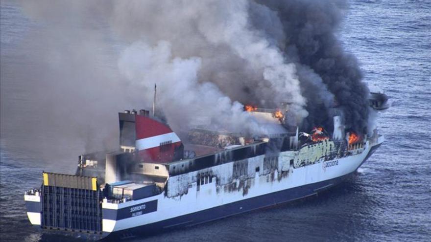 Salvamento Marítimo prosigue las labores de extinción en el buque incendiado