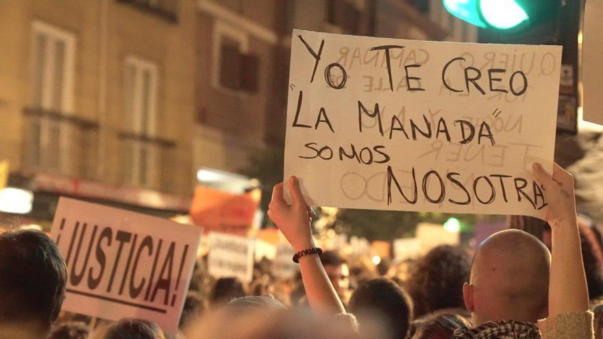 Uno de los carteles en la concentración en apoyo a la víctima de Sanfermines / Ricardo Yebra