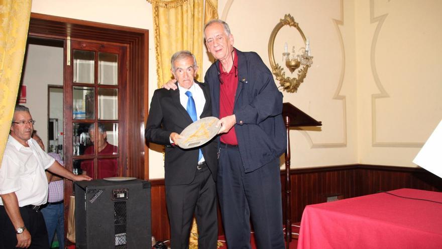 En la imagen, Joseíto con el presidente de La Investigadora, Fernando Leopold. Foto: JOSÉ AYUT.