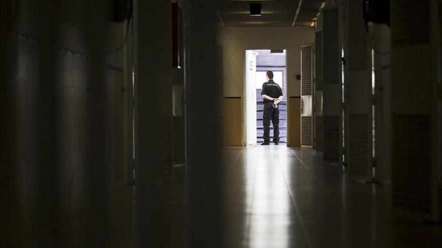 Pasillo de los dormitorios del Centro de Internamiento de Extranjeros (CIE) de Aluche en Madrid. / Efe