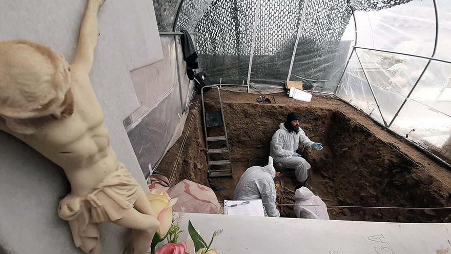 Trabajos arqueológicos en la fosa común de Pinos Genil (Granada).   JUAN MIGUEL BAQUERO