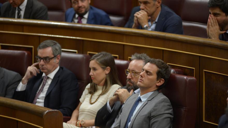 Albert Rivera cierra los ojos durante un momento del discurso de Rajoy.