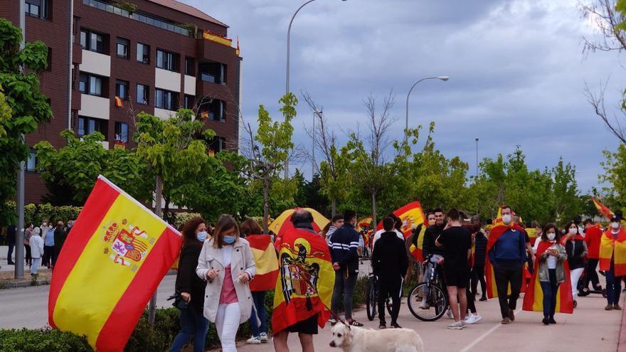 """Protesta contra el Gobierno en un barrio del norte de Madrid sin respetar la distancia de seguridad entre gritos de """"libertad"""" y """"viva España"""""""