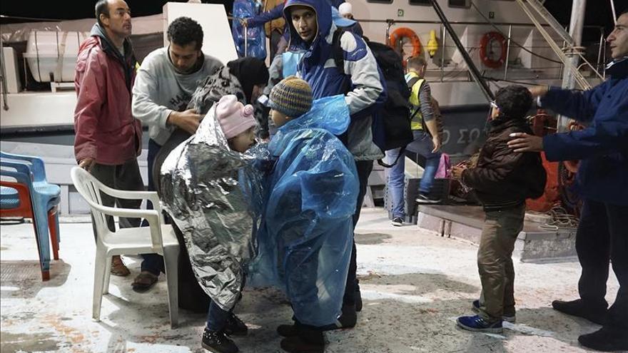 Fotografía facilitada ayer, 29 de octubre, que muestra a un grupo de refugiados a su llegada al puerto de Metimna, en la isla de Lesbos (Grecia). / Efe.