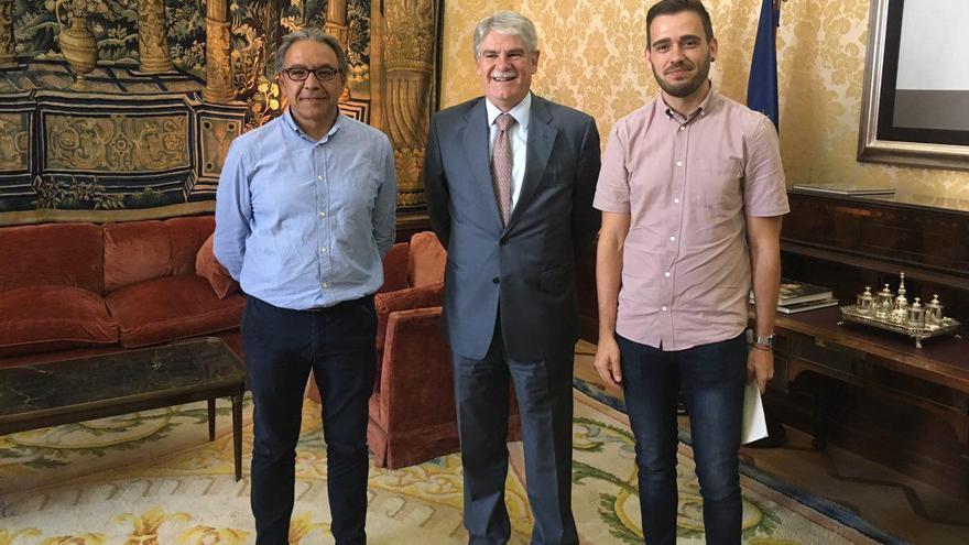 Los portavoces de PSPV y Compromís en las Corts, Manolo Mata y Fran Ferri, junto al ministro de Asuntos Exteriores, Alfonso Dastis
