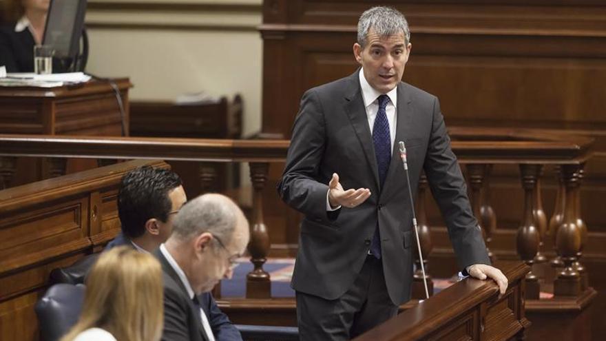 El presidente del Gobierno de Canarias, Fernando Clavijo, responde a una pregunta durante la sesión de control al Gobierno celebrada hoy en el Parlamento de Canarias. EFE/Ramón de la Rocha