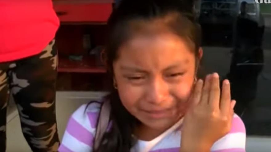 Una niña llora desconsolada después de haber sido separada de su padre tras la macro redada en Misisipi