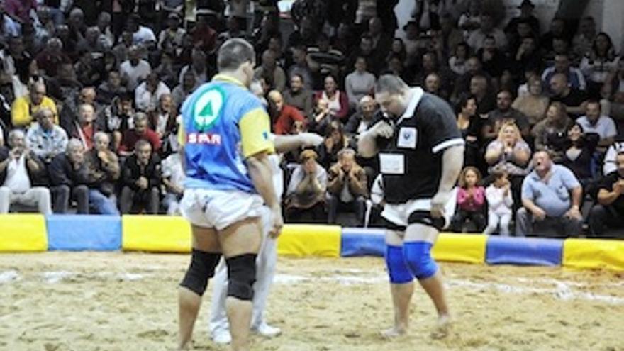 Juan Espino y Cirio Santana frente a frente. (luchagrancanaria.com)